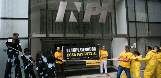 Leonardo Amaral (segurando a faixa à direita) foi curado da Hepatite C; à direita da faixa, Pedro Villardi defende a liberação do medicamento como genérico