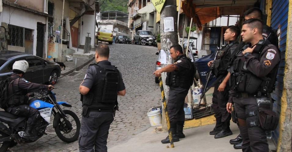 12.set.2018 - Policiais se concentram no Morro do Turano, em operação desta quarta-feira (12)