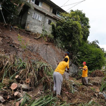 26.nov.2018 - Deslizamento de terra causa interdição de casas em Niterói (RJ) - Pablo Jacob/Agência O Globo