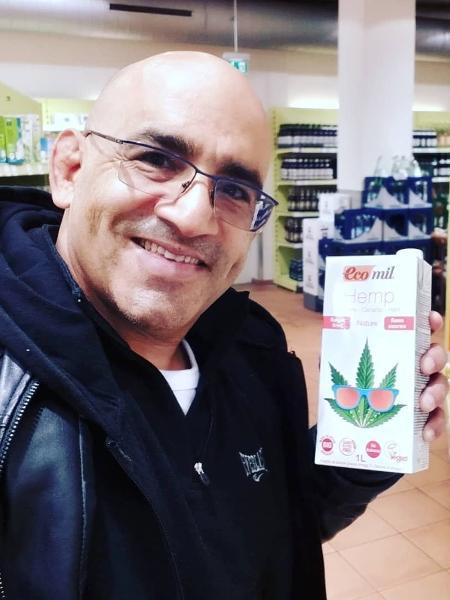 O juiz Luís Carlos Valois com embalagem de leite de cannabis, na Alemanha - Reprodução/Instagram