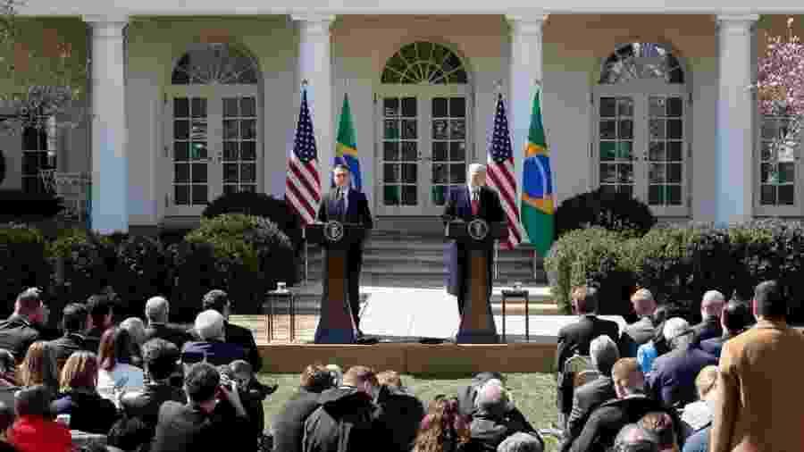 Bolsonaro e Trump em foto de março; dados mostram que abraços e apertos de mão entre presidentes não se converteram em aumento de investimentos ou negócios entre os dois países - Alan Santos/Presidência da República