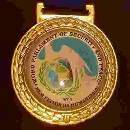 """Medalha exibe erro de caligrafia em inglês nas palavras """"word"""" e """"parlament"""". Grafia correta seria """"world"""" e """"parliament"""" - Divulgação"""