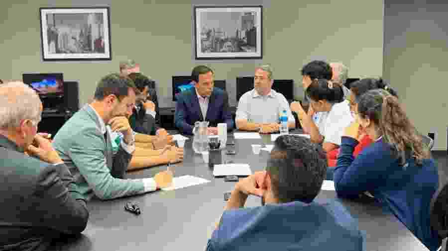 4.dez.2019 - O governador João Doria (PSDB) se reúne com familiares dos nove jovens que morreram após uma ação policial em um baile funk na favela de Paraisópolis - Divulgação/Governo de São Paulo