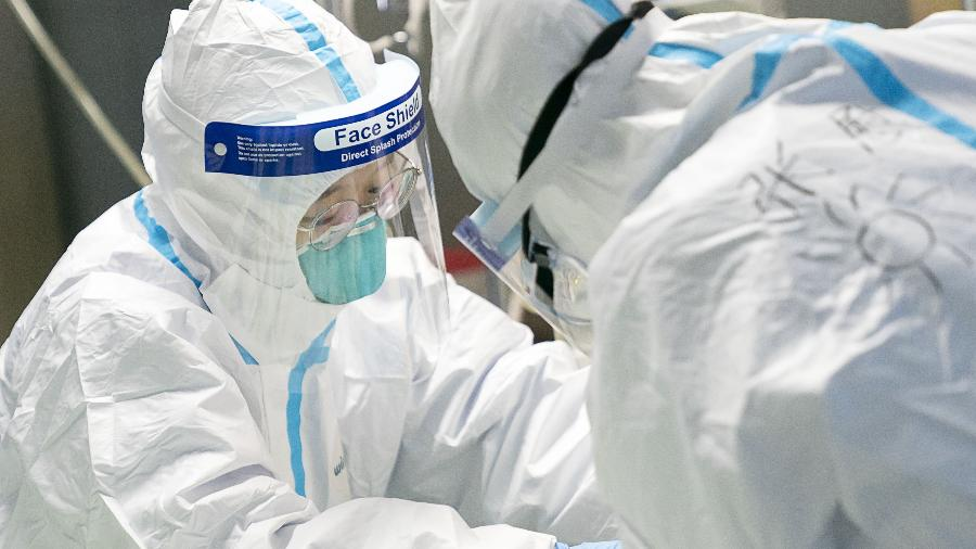 Médicos atendem paciente infectado pelo coronavírus no hospital Zhongnan, em Wuhan, na China - Xinhua/Xiong Qi