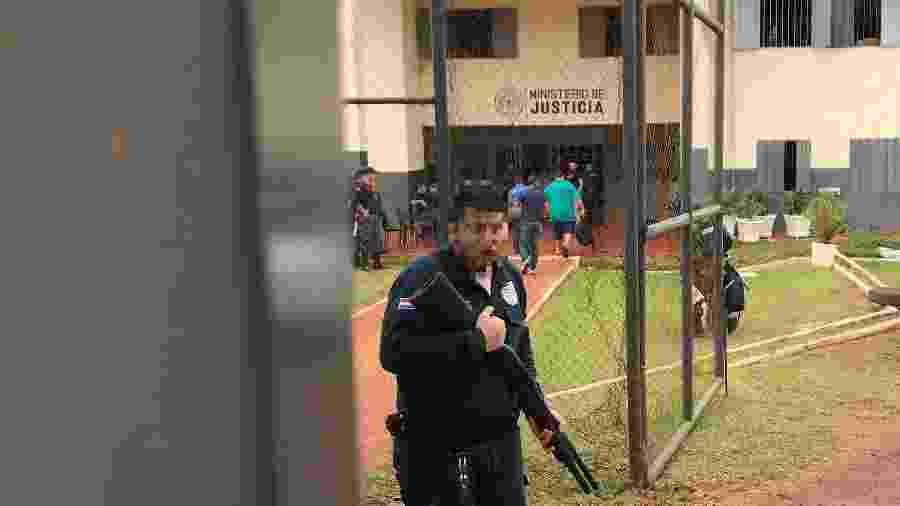 Carcereiro do presídio regional de Pedro Juan Caballero, no Paraguai - 22.jan.2020 - Gabriel Stargardter/Reuters