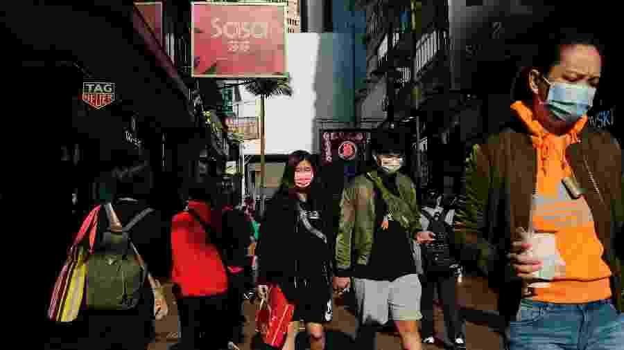 21.fev.2020 - Pessoas usam máscaras protetoras enquanto andam em rua de Hong Kong, na China - Tyrone Siu/Reuters