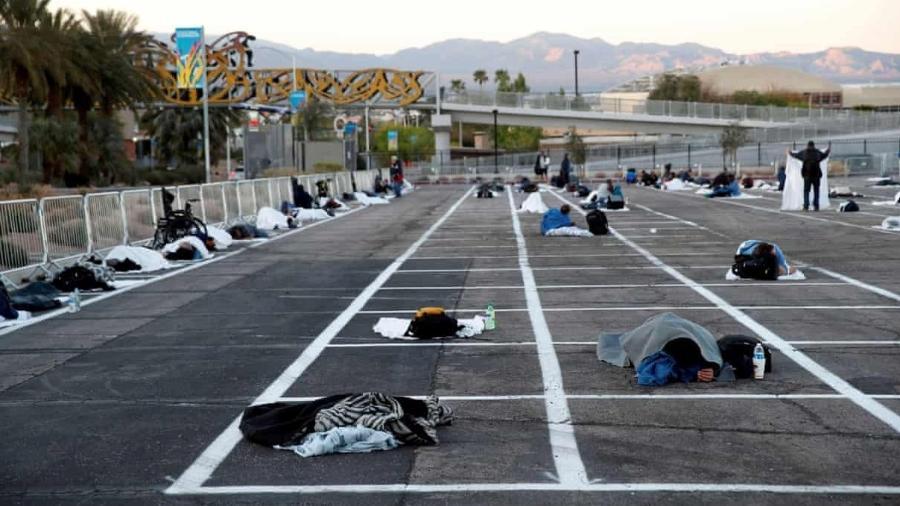 """Pessoas em situação de rua são colocadas em um estacionamento ao ar livre como """"abrigo"""" improvisado, em Las Vegas (EUA) - Steve Marcus/Reuters"""