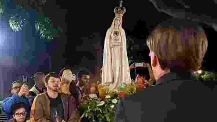 Seguidores levam imagem de Nossa Senhora de Fátima para a portaria do Alvorada - Reprodução - Reprodução