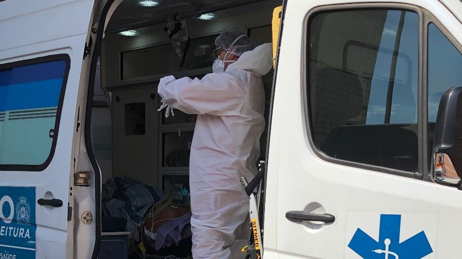 28.abr.2020 - Socorristas transportam pacientes intubados para hospitais do Rio e do interior, como Volta Redonda (RJ) - Herculano Barreto Filho/UOL