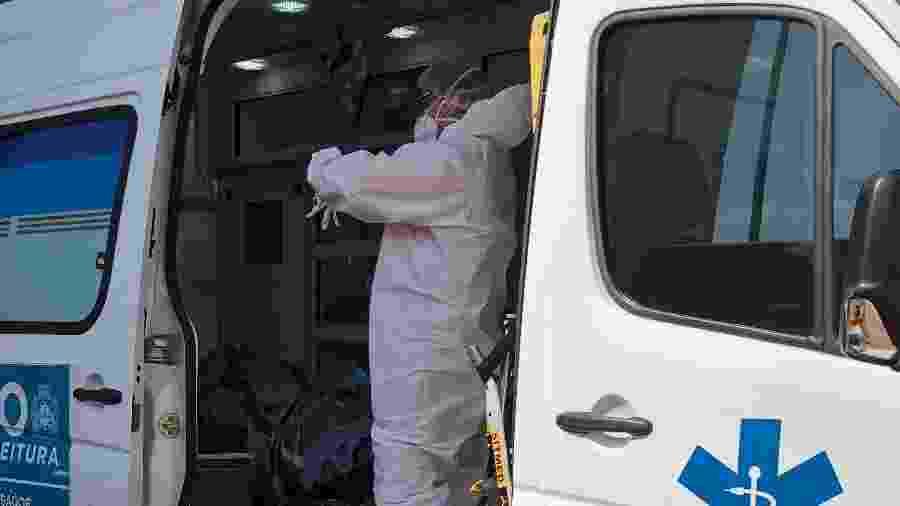 Socorristas transportam pacientes entubados para hospitais do Rio de Janeiro e de cidades do interior, como Volta Redonda (RJ) - Herculano Barreto Filho/UOL