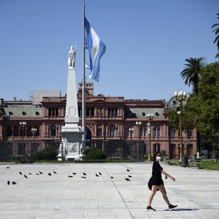 Mulher caminha em uma Plaza de Mayo vazia durante quarentena em Buenos Aires, na Argentina - Mariano Gabriel Sanchez/Anadolu Agency via Getty Images