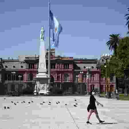 Mulher caminha em uma Plaza de Mayo vazia durante quarentena em Buenos Aires - Mariano Gabriel Sanchez/Anadolu Agency via Getty Images