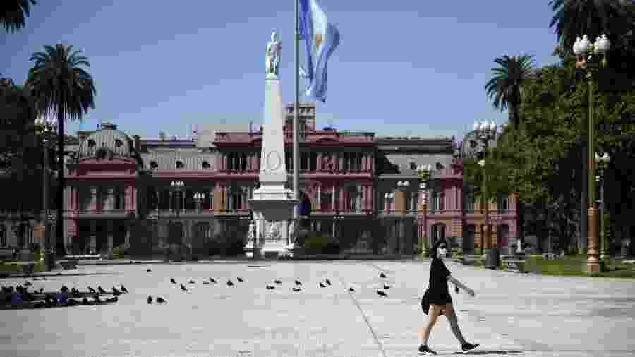 Mulher caminha em uma Plaza de Mayo vazia durante quarentena em Buenos Aires, na Argentina, por conta do coronavírus - Mariano Gabriel Sanchez/Anadolu Agency via Getty Images