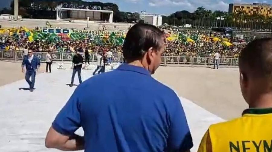 Bolsonaro na rampa do Palácio do Planalto, em apoio a protesto contra Supremo e Congresso em 2020 - Reprodução/Facebook