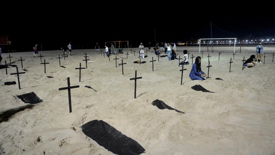 Manifestação em Copacabana lembra vítimas da covid-19 - JORGE HELY/FRAMEPHOTO/ESTADÃO CONTEÚDO