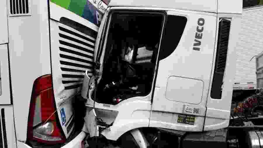 Engavetamento na Regis Bittencourt envolveu duas carretas, dois caminhões, um automóvel e um ônibus  - Divulgação/Arteris