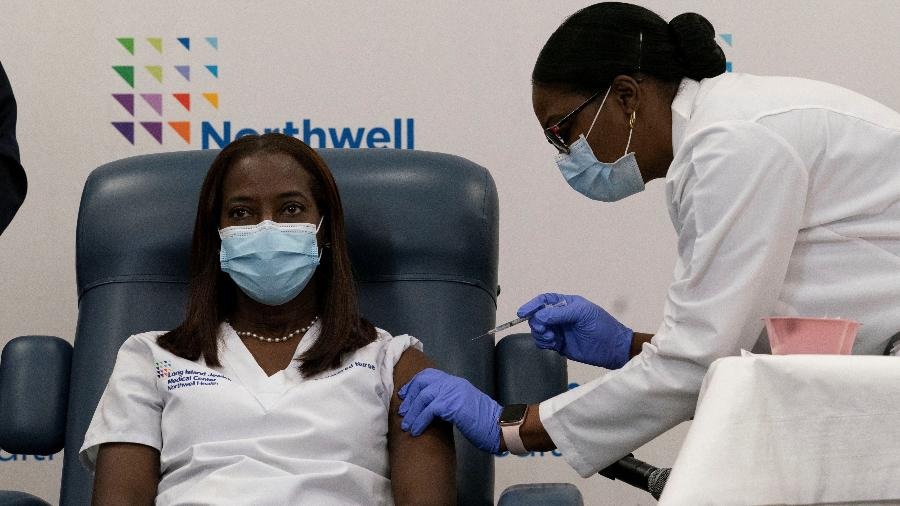 A enfermeira Sandra Lindsay, de Nova York, é a primeira a ser vacinada contra o coronavírus nos EUA - 14.dez.2020 - Mark Lennihan/Reuters