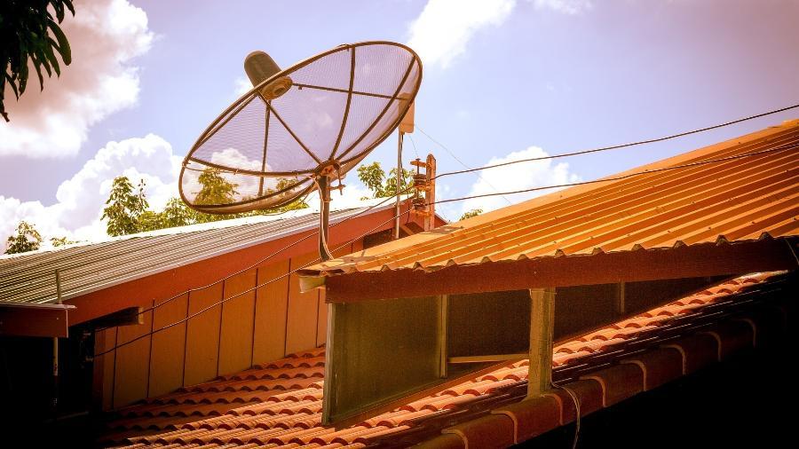 Antena parabólica instalada no telhado de uma casa - Pixabay