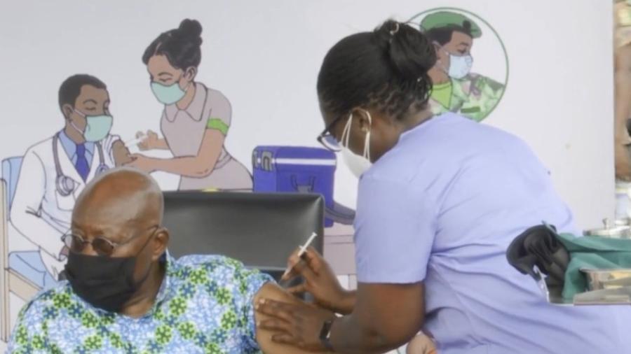 O presidente de Gana, Nana Akufo-Addo, recebe dose da vacina Oxford/AstraZeneca, enviada ao país pela inciativa Covax, da OMS - Reprodução/Facebook