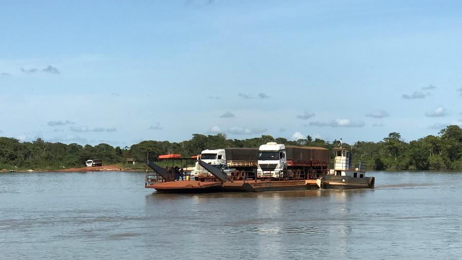 Balsa operada por indígenas Kayapó faz a travessia do rio Xingu, na rodovia MT-322 - Rubens Valente