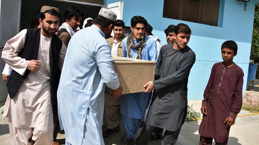 Parentes carregam um caixão com o corpo do jornalista Nemat Rawan, morto a tiros por homens armados, em Kandahar - Javed Tanveer/AFP