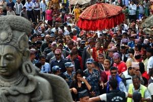 O último rei do Nepal antes da abolição da monarquia, Gyanendra Shah (ao centro)