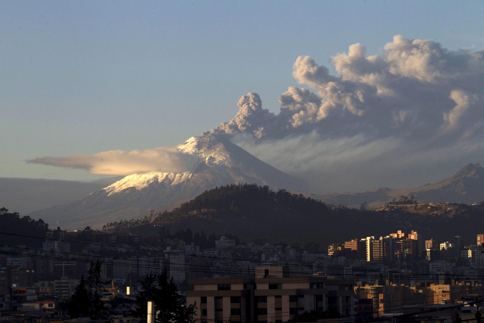 22.ago.2015 - Vulcão Cotopaxi, próximo a Quito, no Equador, solta fumaça. O instituto geofísico disse que o vulcão entrou em estado ativo na última sexta-feira (21)
