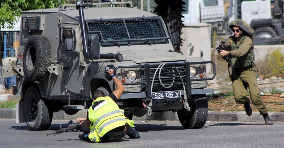 16.out.2015 - Palestino que se disfarçou de jornalista esfaqueia um soldado israelense antes de ser morto próximo à cidade de Hebron, na Cisjordânia