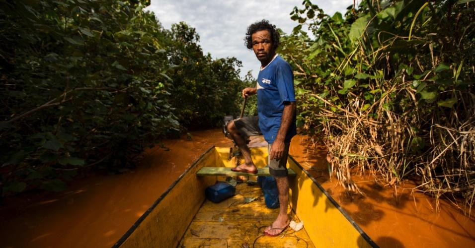 25.nov.2015 - O pescador José Antonio Siqueira, 43, vai todos os dias a Regência (ES) para buscar água potável. Comunidades ribeirinhas de Entre Rios, que moram em regiões alagadas que se formam no rio Doce, estão sem água desde a chegada da lama