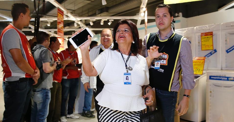 Luiza Helena Trajano, presidente do Magazine Luiza, visita a loja da rede na marginal Tietê, em São Paulo. Nesta sexta (8), a empresa promove uma liquidação anual, em que promete descontos de até 70%
