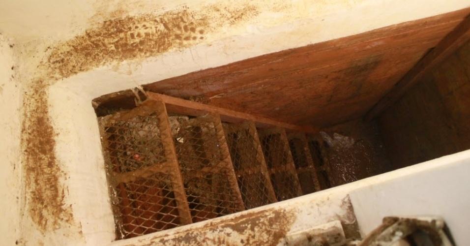 """12.jan.2016 - Um túnel foi encontrado no esconderijo do narcotraficante Joaquín """"El Chapo"""" Guzmán, Los Mochis, no Estado de Sinaloa, no México. A imagem foi feita na segunda-feira (11). O traficante mais procurado do mundo tentou escapar das forças de segurança mexicanas por um túnel que conduz à rede pluvial da cidade. A ideia era ele escapar pelo esgoto. Os militares abriram as tampas do sistema de coleta de água e seguiram """"El Chapo"""" e um acompanhante pela rede pluvial da região. A perseguição obrigou o traficante a voltar para a superfície, saindo dos bueiros da rua Boulevard Rosales"""