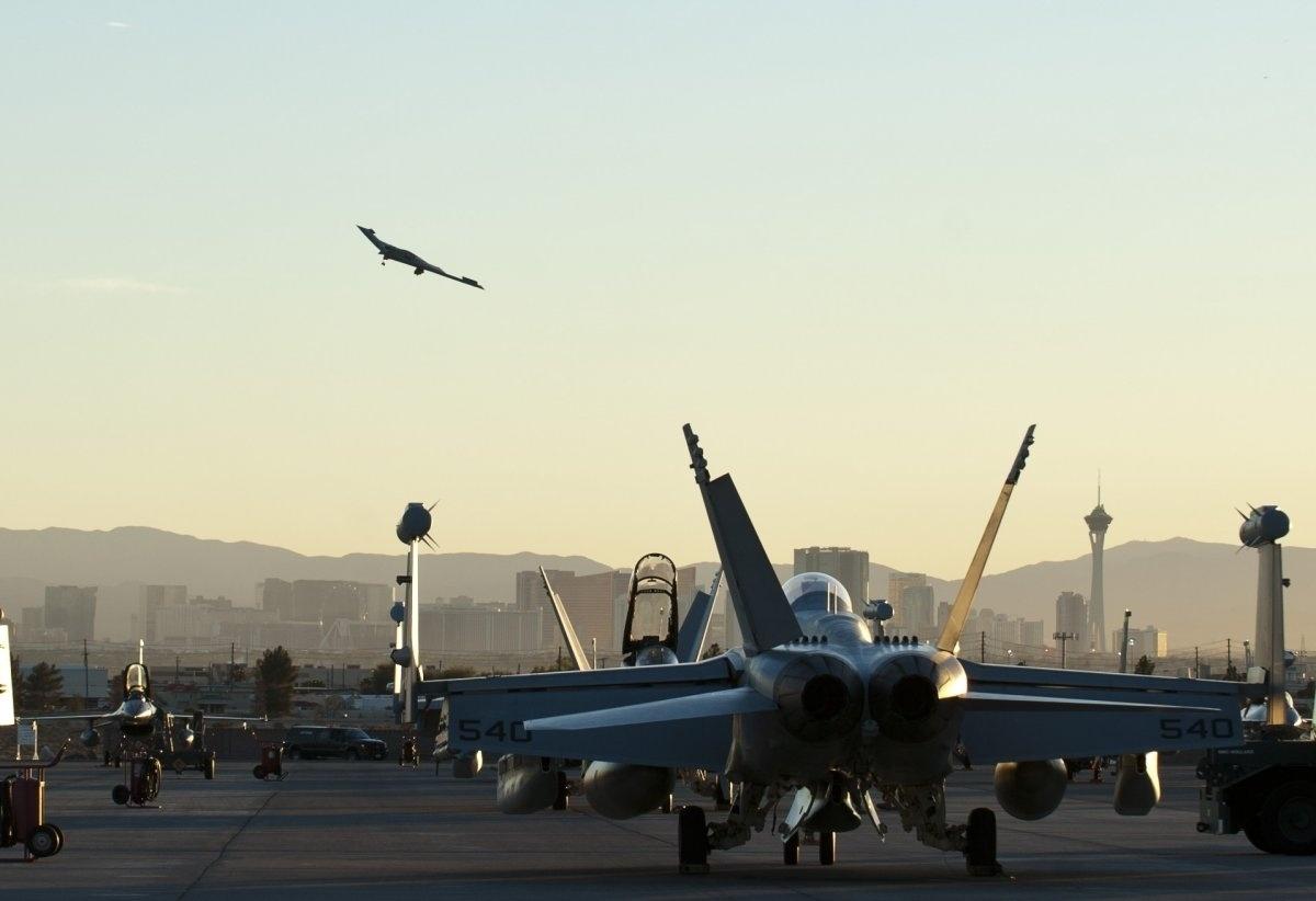 13.jan.2016 - Imagem de uma aeronave B-2 Spirit fazendo aproximação antes de pousar está entre as mais belas fotografias da Força Aérea dos Estados Unidos tiradas em 2015, segundo ranking do site Business Insider