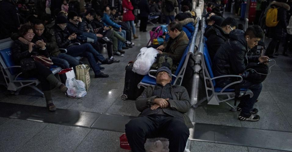 29.jan.2016 - Passageiros aguardam embarque em estação de trem em Xangai. A época do Ano-Novo chinês é a de maior deslocamento humano do planeta