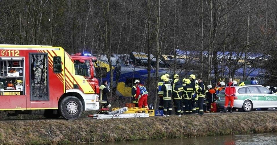 9.fev.2016 - Equipes de resgate trabalham no local onde dois trens colidiram  no Estado alemão da Baviera. O acidente deixou mortos e feridos