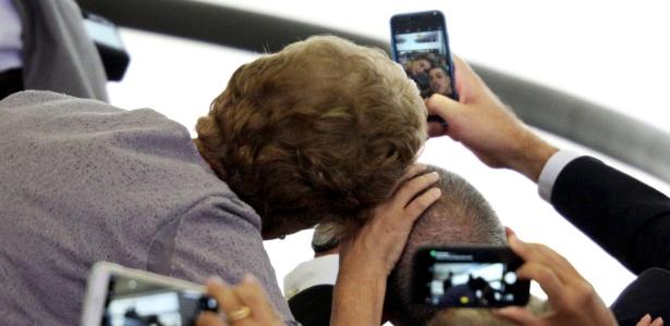 Dilma Rousseff posa para selfie durante evento no Palácio do Planalto