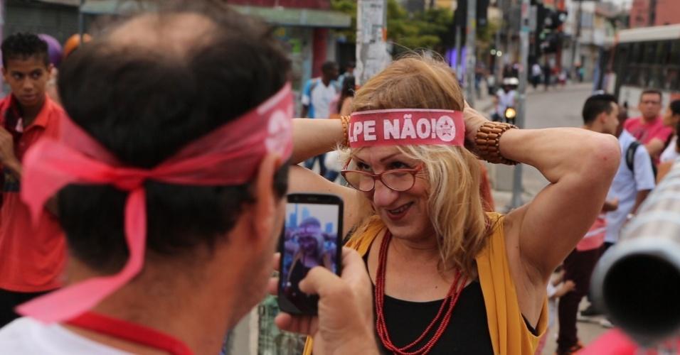 """24.mar.2016 - A cartunista Laerte participa de ato em defesa da democracia """"A saída é pela Esquerda"""", na avenida Brigadeiro Faria Lima, na zona oeste de São Paulo. O protesto é organizado pela Frente Povo Sem medo, que inclui integrantes do MTST (Movimento dos Trabalhadores Sem Teto) e de outros movimentos sociais"""