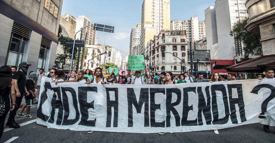 6.abr.2016 - Estudantes secundaristas da Rede Pública de Ensino fazem protesto em frente a Secretária da Educação de São Paulo, na Praça da República, centro da capital paulista, nesta quarta-feira (6), contra o fechamento de escolas e a máfia da merenda, escândalo de desvio de verba de alimentação escolar pelo governo Geraldo Alckmin e prefeituras