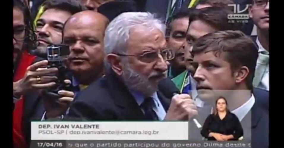 17.abr.2016 - O deputado Ivan Valente (PSOL-SP) votou contra o impeachment da presidente Dilma Rousseff