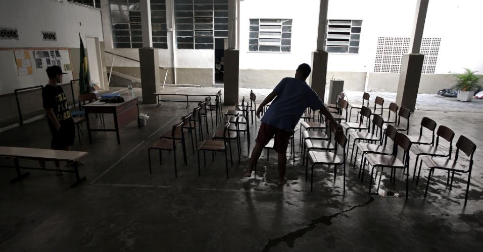 20.abr.2016 - Uma das três quadras de esportes do Colégio Estadual Amaro Cavalcanti, na zona sul do Rio, é usada para a realização das assembleias diárias da ocupação