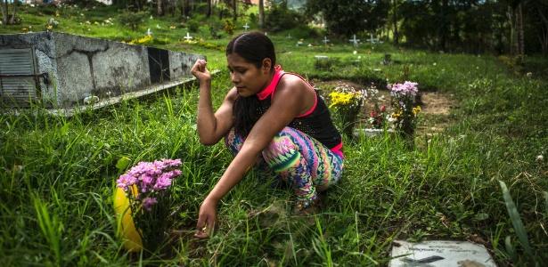 Mélida visita o túmulo da prima, que também foi sequestrada pela guerrilha quando criança