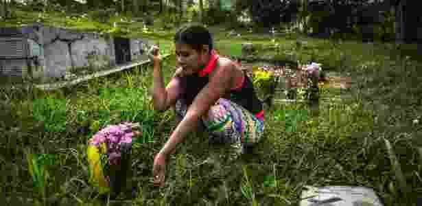 Mélida visita o túmulo da prima, que também foi sequestrada pela guerrilha quando criança - Juan Arredondo/The New York Times