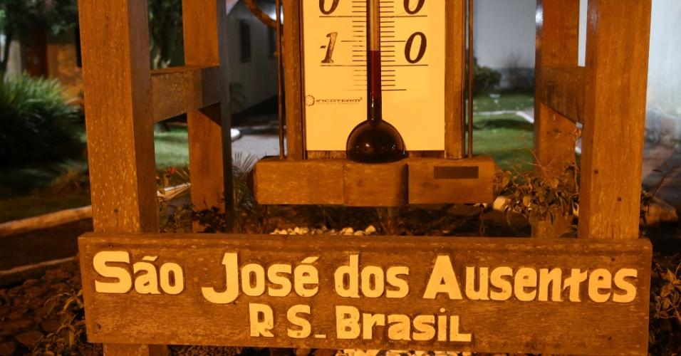 11.jun.2016 - Termômetro no centro de São José dos Ausentes, onde fica Pico Monte Negro, o ponto mais alto do Rio Grande do Sul, marca -0,6°C, por volta das 6h. Durante a madrugada, a temperatura chegou a -4°C na cidade, mas com sensação térmica de -15°C