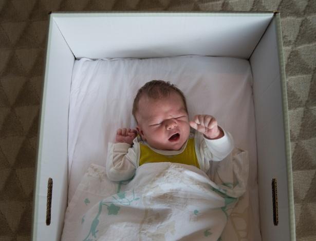 Bebê em caixa em uma maternidade em Kela, na Finlândia
