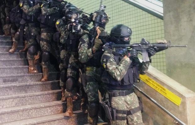 20.jul.2016 - A dias 16 do início das Olimpíadas do Rio, Forças Armadas fazem na madrugada desta quarta-feira (20) uma simulação de ação terrorista com reféns na estação Paraíso do Metrô de São Paulo