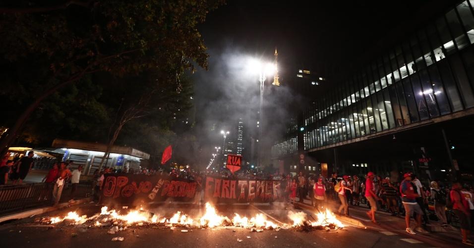 29.ago.2016 - Manifestantes fazem barricada na avenida Paulista, no centro de São Paulo, durante ato contra o presidente interino, Michel Temer, e contra o impeachment da presidente afastada, Dilma Rousseff. Atos simultâneos acontecem também no Rio de Janeiro