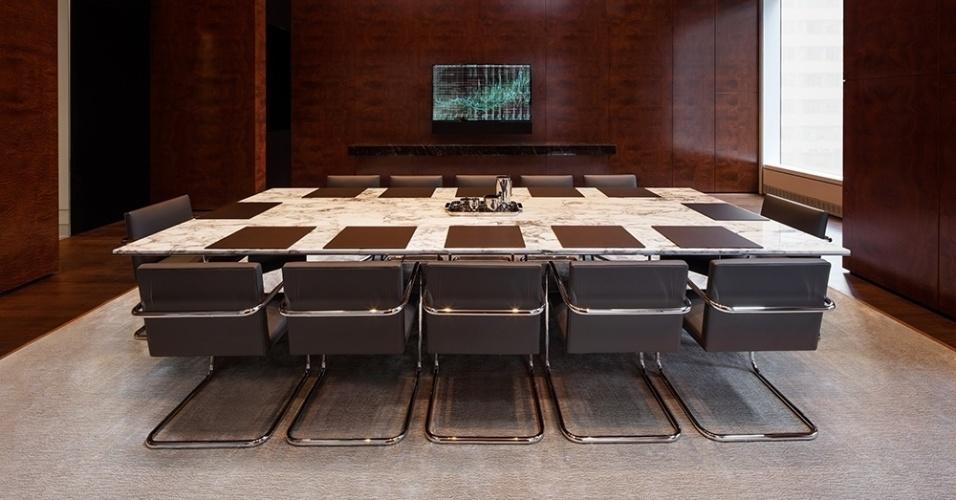06.set.2016 - Mas nem tudo é diversão: quem precisar fazer uma reunião sem sair do prédio conta com uma sala executiva com mesa de mármore, teleconferência de última geração e 14 cadeiras
