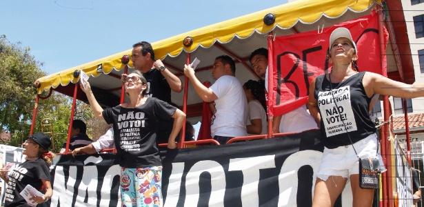 Integrantes do Movimento Crítica Radical fazem campanha por voto nulo em Fortaleza