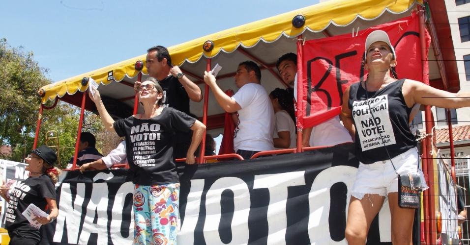 30.out.2016 - Integrantes do Movimento Crítica Radical fazem campanha por voto nulo circulando pelos principais pontos de votação de Fortaleza (CE)