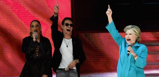 Hillary discursa ao lado de Jennifer Lopez em show em Miami, na Flórida - Gustavo Caballero/AFP