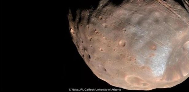 Rocha solitária que existe na superfície de uma das luas de Marte intriga cientistas